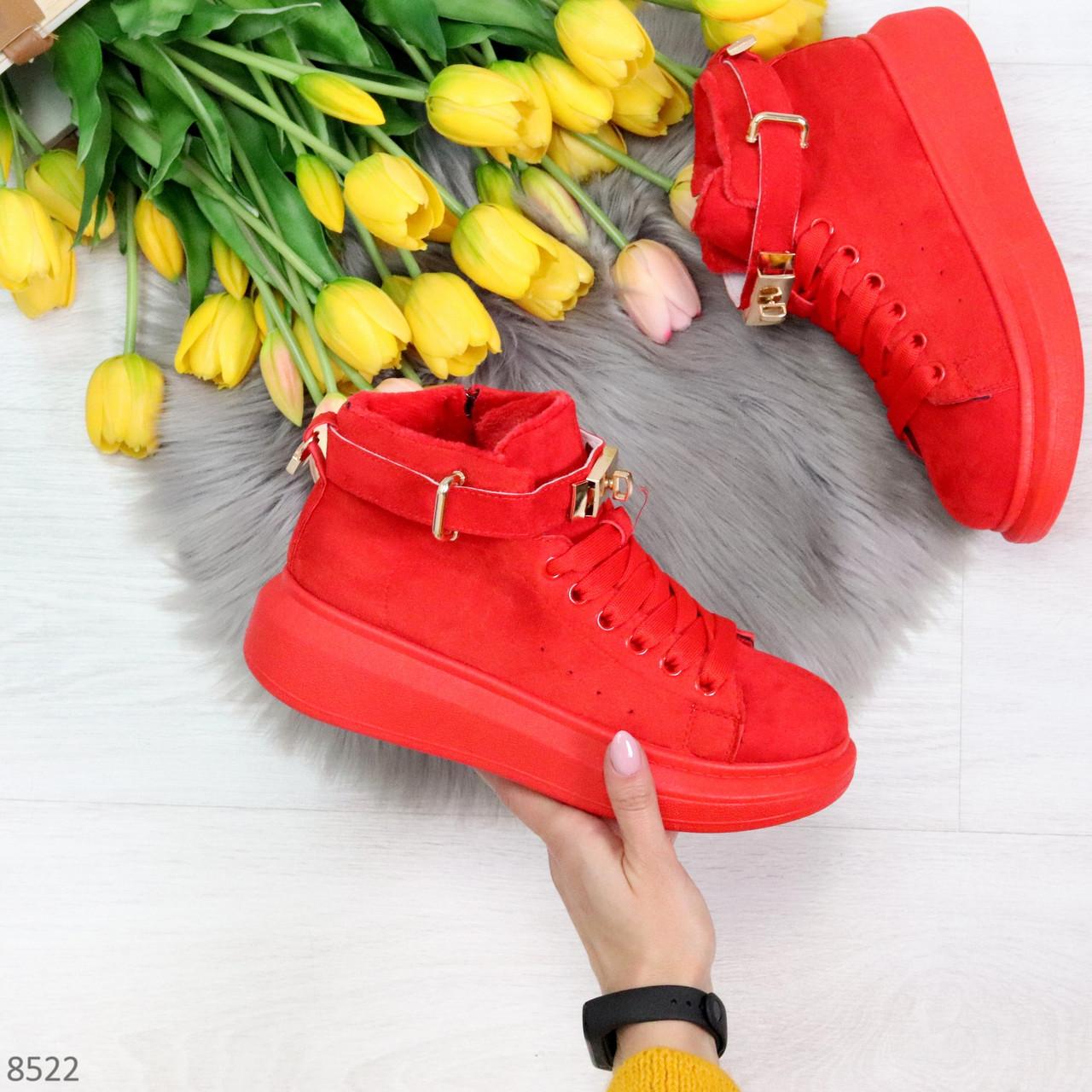 Яркие красные замшевые кроссовки на флисе с ремешком на щиколотке и навесными замочками