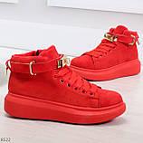 Яркие красные замшевые кроссовки на флисе с ремешком на щиколотке и навесными замочками, фото 2