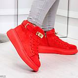 Яркие красные замшевые кроссовки на флисе с ремешком на щиколотке и навесными замочками, фото 3
