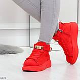 Яркие красные замшевые кроссовки на флисе с ремешком на щиколотке и навесными замочками, фото 4