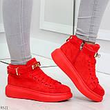 Яркие красные замшевые кроссовки на флисе с ремешком на щиколотке и навесными замочками, фото 5