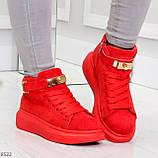 Яркие красные замшевые кроссовки на флисе с ремешком на щиколотке и навесными замочками, фото 6