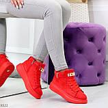 Яркие красные замшевые кроссовки на флисе с ремешком на щиколотке и навесными замочками, фото 7