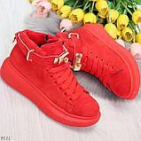 Яркие красные замшевые кроссовки на флисе с ремешком на щиколотке и навесными замочками, фото 9