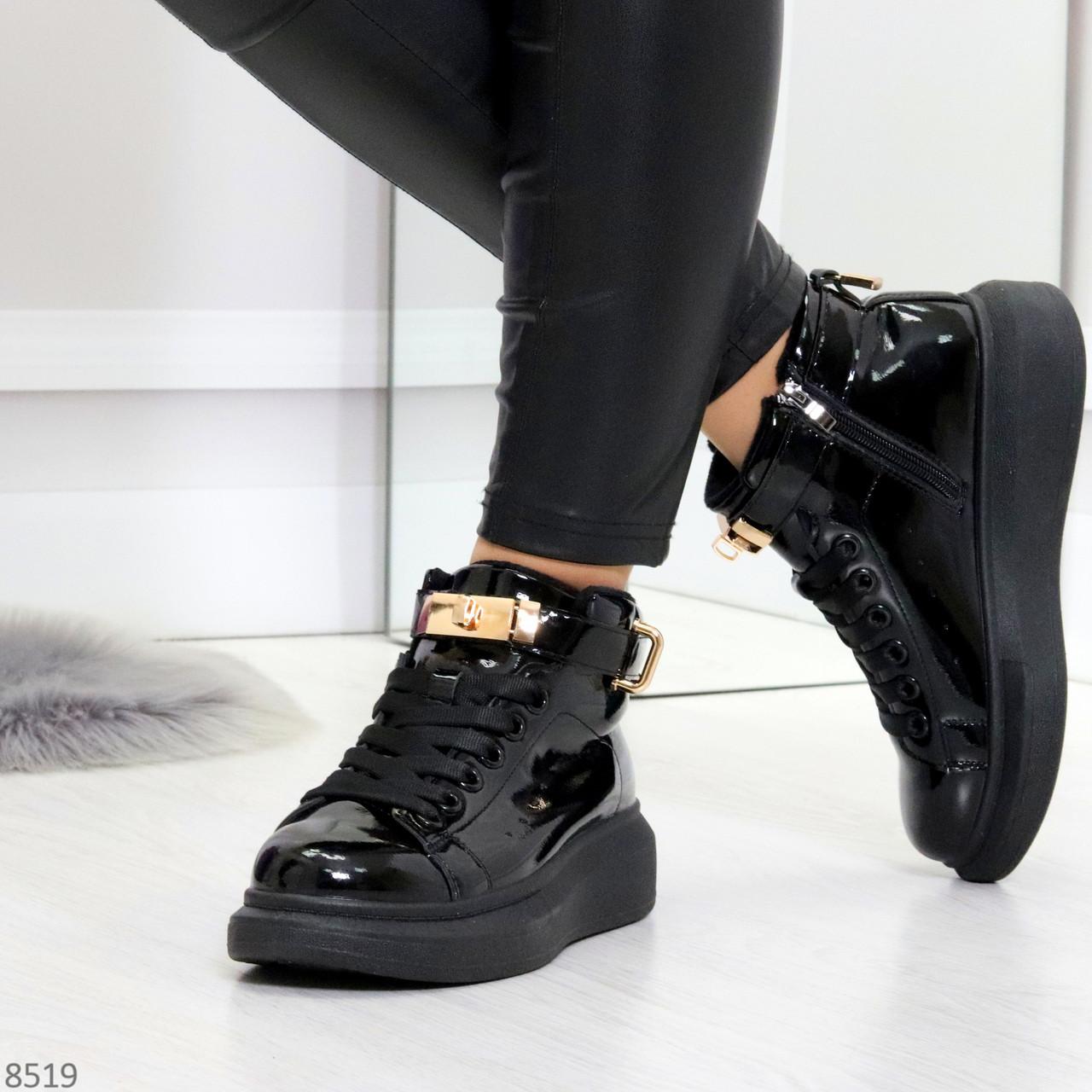 Черные глянцевые женские кроссовки с ремешком на щиколотке и навесными замочками