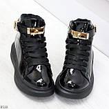 Черные глянцевые женские кроссовки с ремешком на щиколотке и навесными замочками, фото 4
