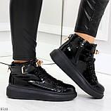 Черные глянцевые женские кроссовки с ремешком на щиколотке и навесными замочками, фото 5