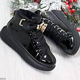 Черные глянцевые женские кроссовки с ремешком на щиколотке и навесными замочками, фото 7