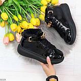 Черные глянцевые женские кроссовки с ремешком на щиколотке и навесными замочками, фото 8