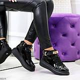 Черные глянцевые женские кроссовки с ремешком на щиколотке и навесными замочками, фото 10