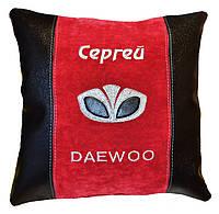Автомобильная подушка в машину с вышивкой логотипа Daewoo део подарок в машину