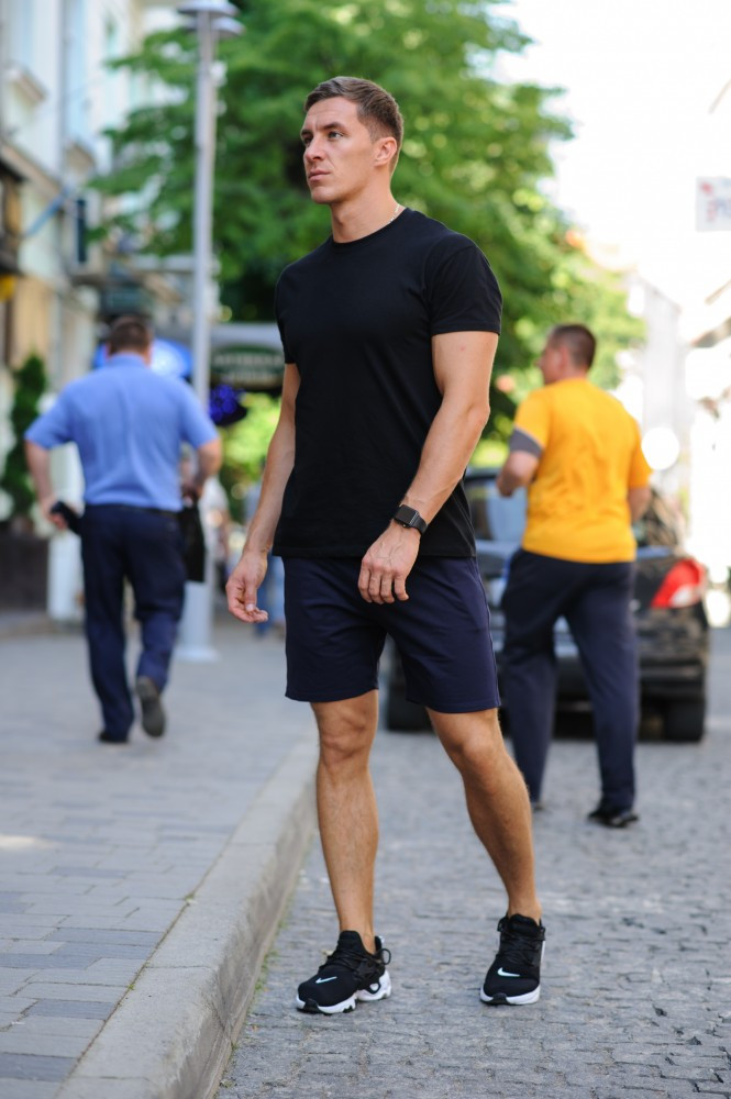 Летний комплект - черная футболка и темно-синие шорты