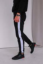 Мужские черные спортивные штаны с белым лампасом теплые на флисе (осень-зима)