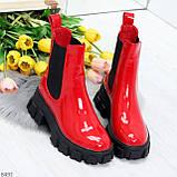 Эффектные брутальные красные лаковые женские высокие ботинки челси на флисе, фото 5