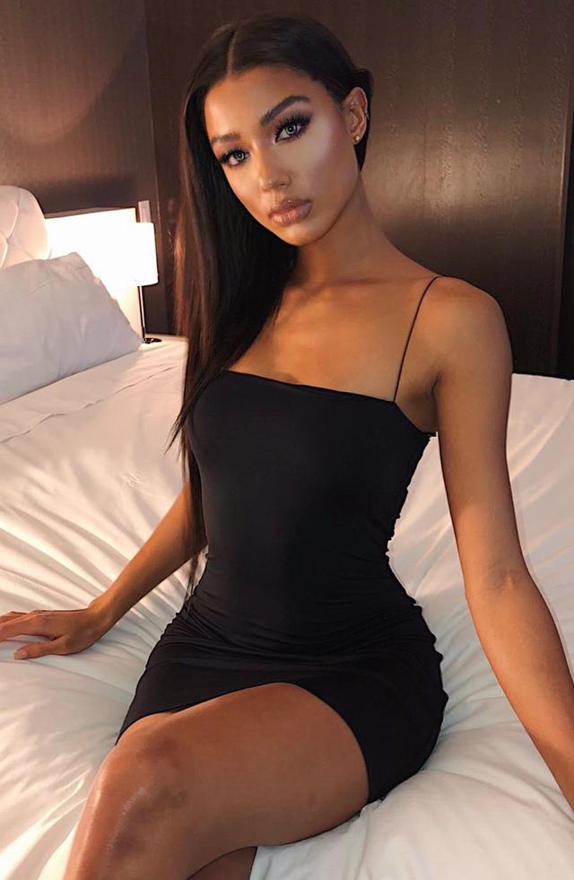черное облегающее мини платье на тонких бретелях