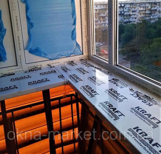 Подоконники Kraft на балконе с выносом