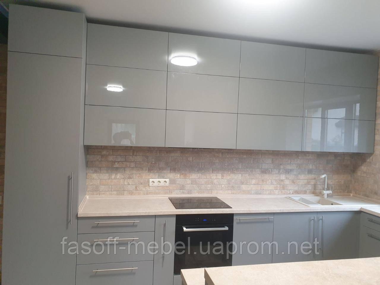 Кухня глянец с крашеными фасадами и столешницей из искусственного камня