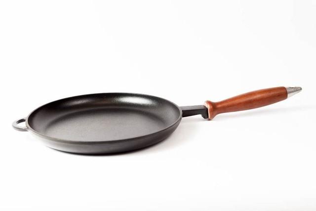 Сковорода чугунная (блинница) эмалированная, с деревянной ручкой, d=260мм, h=25мм.Матово-чёрная
