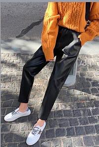 Стильный кожаные штанишки на флисе свободного кроя с кармашками