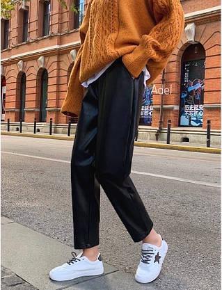 Стильный кожаные штанишки на флисе свободного кроя с кармашками, фото 3