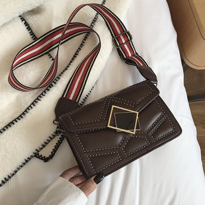 Женская классическая сумочка через плечо кросс-боди на ремешке в заклепках коричневая