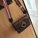 Женская классическая сумочка через плечо кросс-боди на ремешке в заклепках коричневая, фото 2