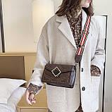 Женская классическая сумочка через плечо кросс-боди на ремешке в заклепках коричневая, фото 6
