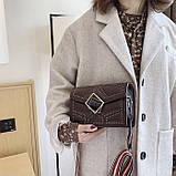 Женская классическая сумочка через плечо кросс-боди на ремешке в заклепках коричневая, фото 5