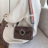 Женская классическая сумочка через плечо кросс-боди на ремешке в заклепках коричневая, фото 4