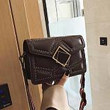 Женская классическая сумочка через плечо кросс-боди на ремешке в заклепках коричневая, фото 3