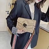 Женская классическая сумочка через плечо кросс-боди на ремешке в заклепках бежевая, фото 4