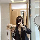 Женская классическая сумочка через плечо кросс-боди на ремешке в заклепках бежевая, фото 2