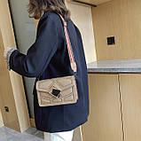 Женская классическая сумочка через плечо кросс-боди на ремешке в заклепках бежевая, фото 3