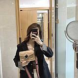 Женская классическая сумочка через плечо кросс-боди на ремешке в заклепках бежевая, фото 5