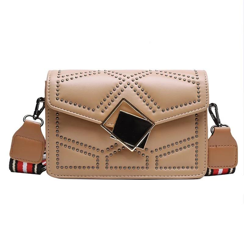 Женская классическая сумочка через плечо кросс-боди на ремешке в заклепках бежевая