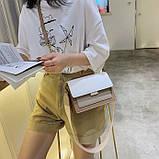 Женская классическая сумочка через плечо кросс-боди на ремешке цепочке на три отдела бежевая коричневая, фото 5