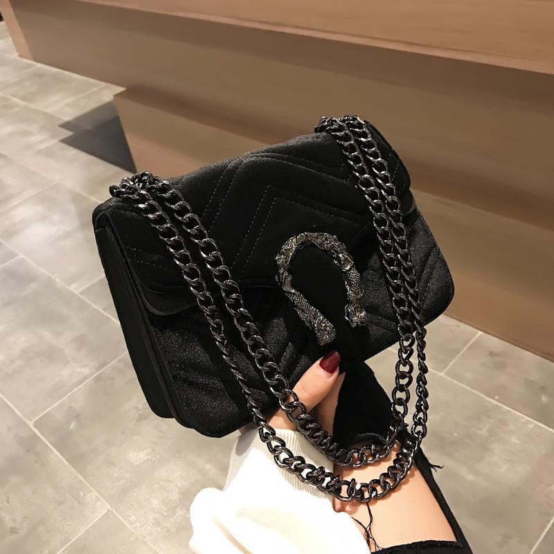 Женская большая сумка на толстой цепочке с подковой велюровая на три отдела черная