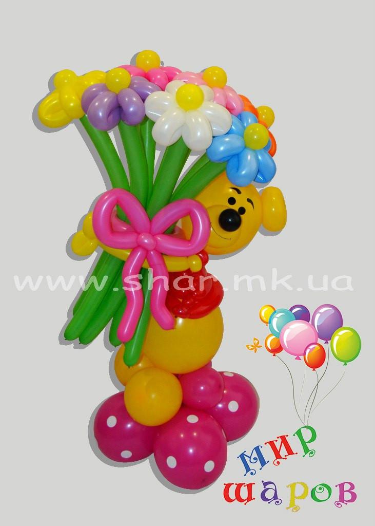 Винни Пух с букетом ромашек из воздушных шаров