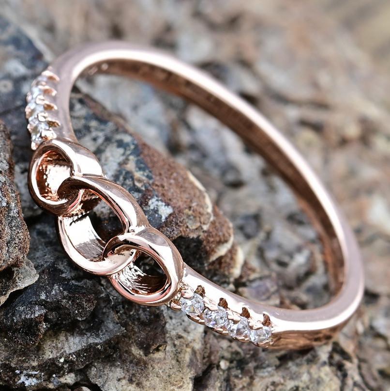 Кольцо Xuping 14374 размер 19 ширина 4 мм вес 1.3 г белые фианиты позолота РО