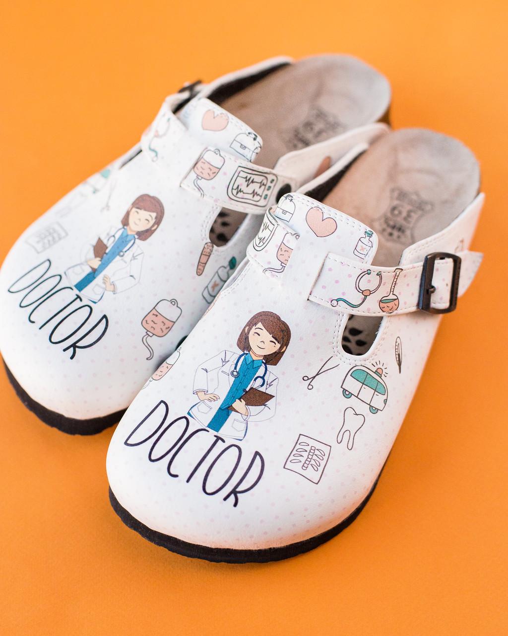 Ортопедическая обувь сабо с принтом DOCTOR WOMAN