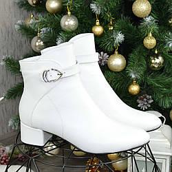 Ботинки женские кожаные на маленьком каблуке. Цвет белый