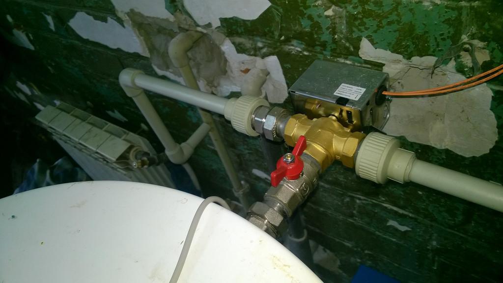 Трехходовой клапан с электрическим приводом выполняет роль регулировщика потока горячей воды и по команде контроллера направляет её сразу к потребителю или для дополнительного нагрева в газовом котле.