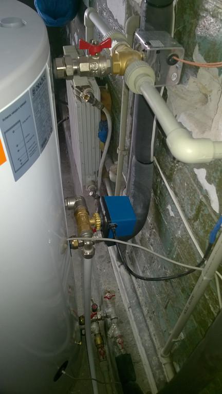 Обвязка бака накопителя. Двухходовой клапан с электроприводом, синего цвета, отвечает за недопущение перегрева коллектора посредством сброса небольшого количества горячей воды из бака.