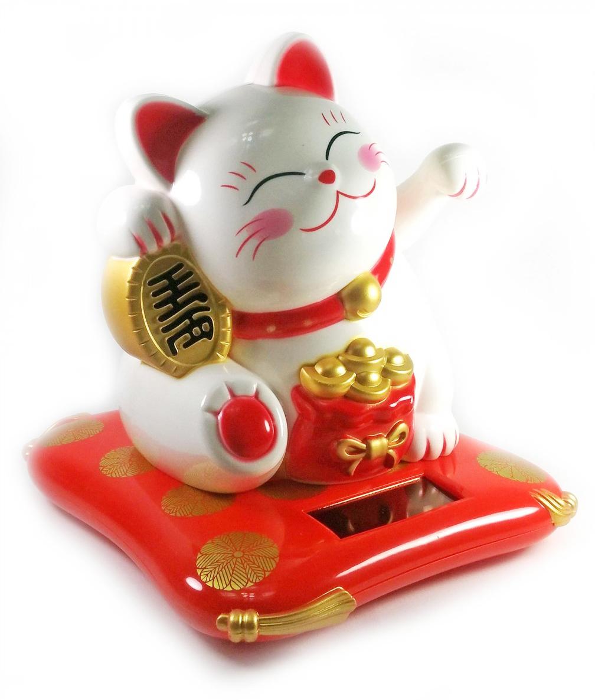 Кошка Манэки-Нэко на солнечной батарее