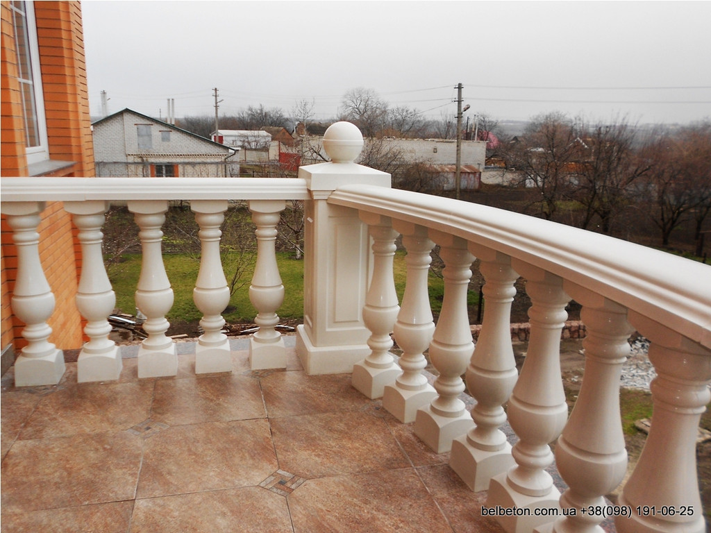 Здесь была использована белая балюстрада с большой балясиной B6, созданная по технологии мрамор из бетона. Срок   службы этого изделия более 25 лет под открытым небом, не требует дополнительной покраски и обработки.
