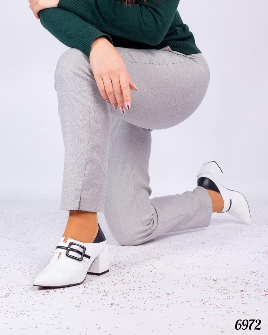 Элегантные туфли с пряжкой белые