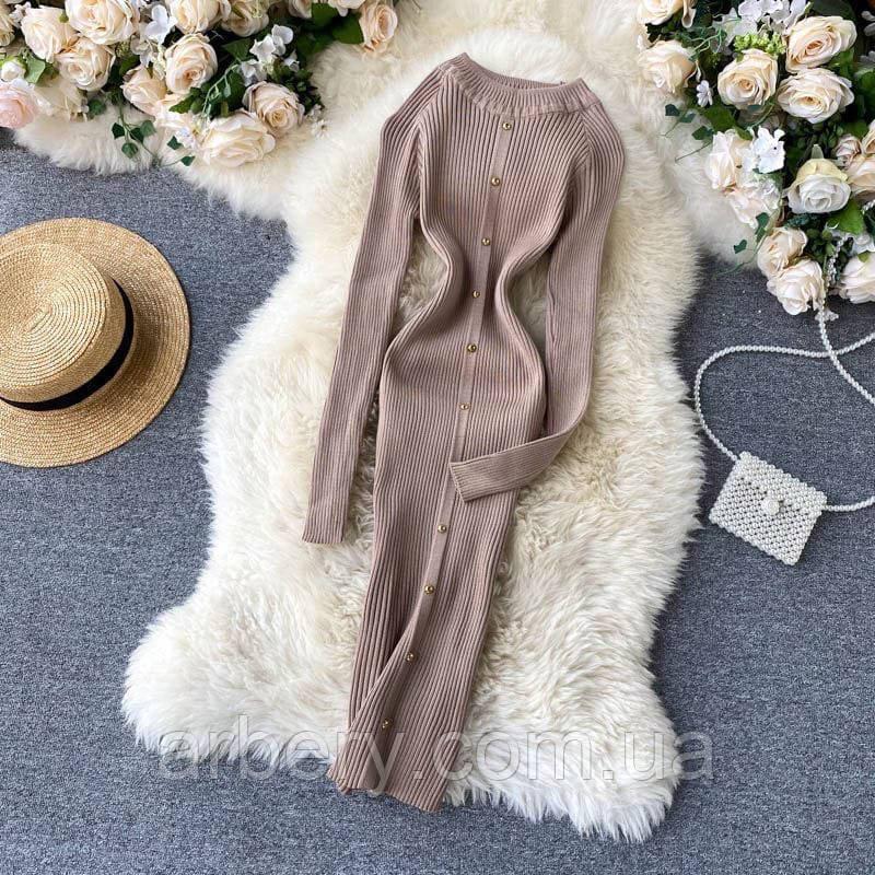 Женское трикотажное платье с пуговицами