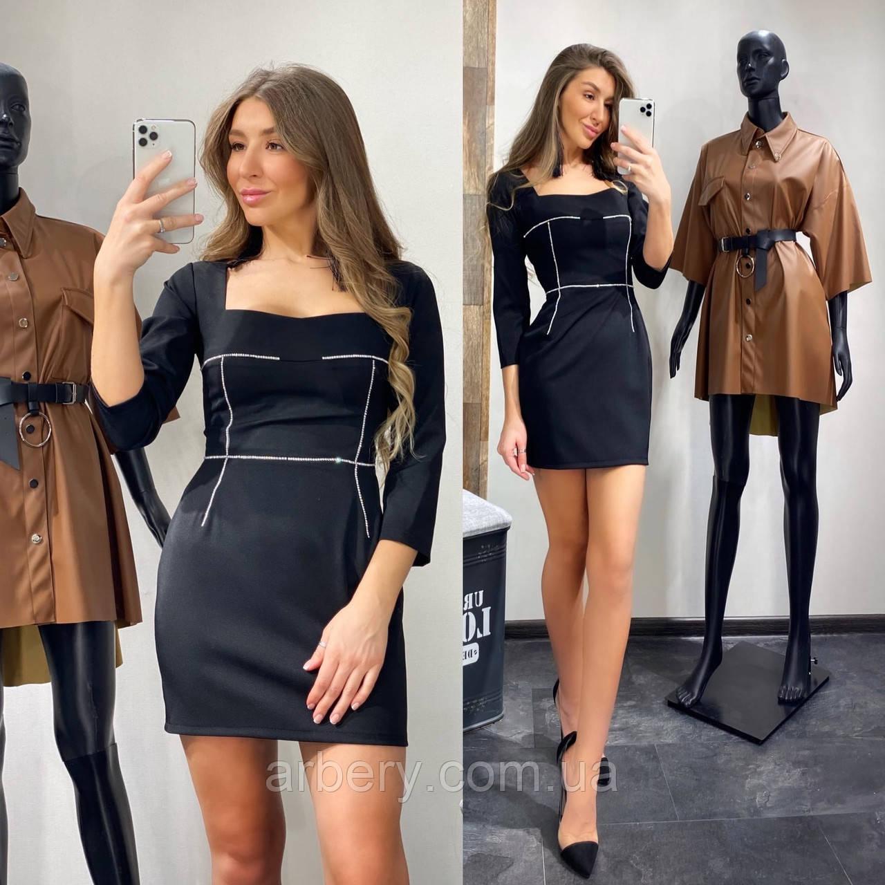 Женское силуэтное мини платье со стразами