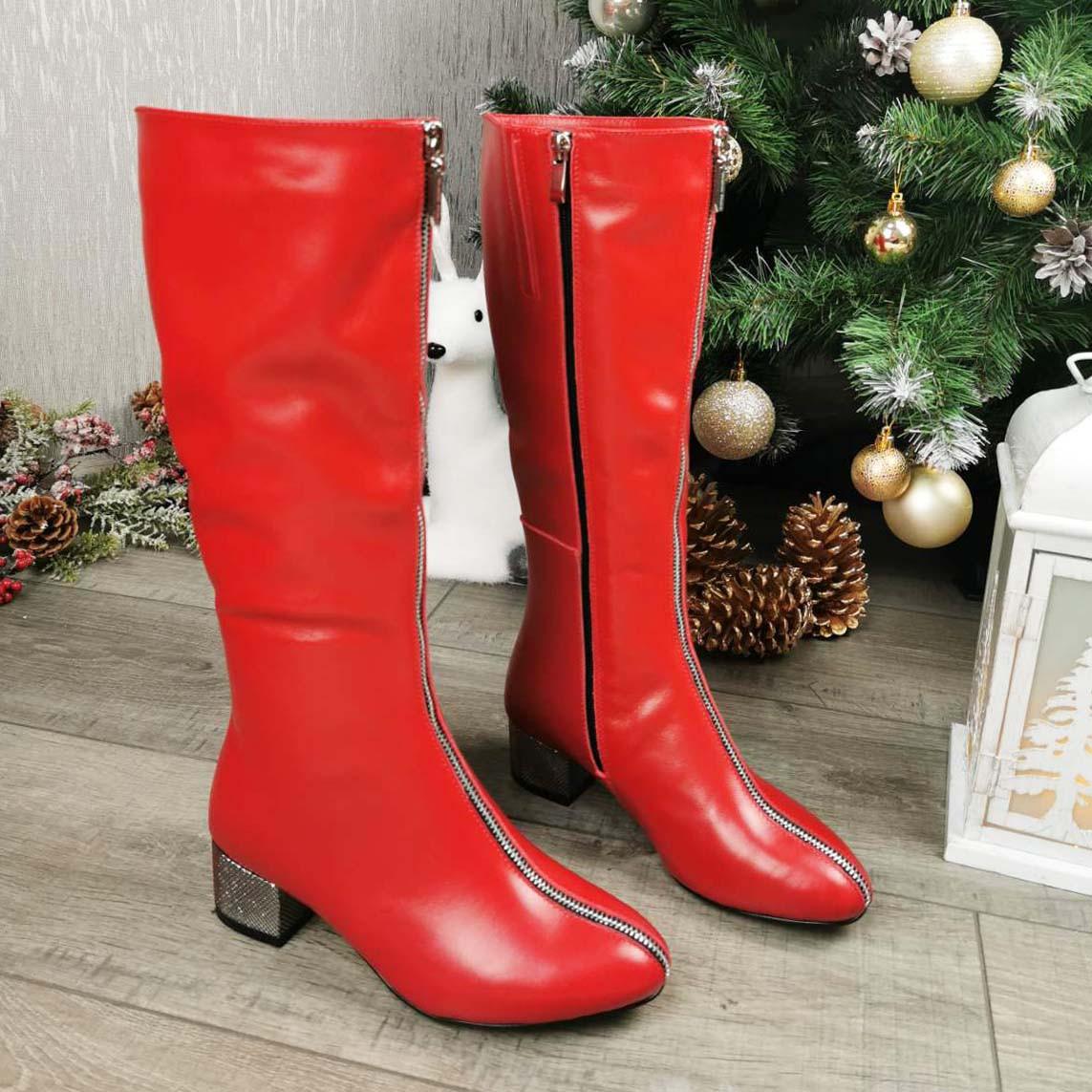 Сапоги красные на невысоком каблуке, декорированы молнией