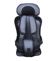 Портативное бескаркасное детское автокресло серое с черным обеспечивает полную безопасность ребёнка